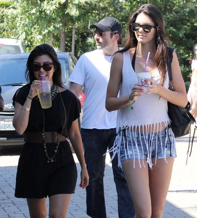 Kourtney Kardashian, toute mimi (et mini) à côté de sa soeur Kendall !