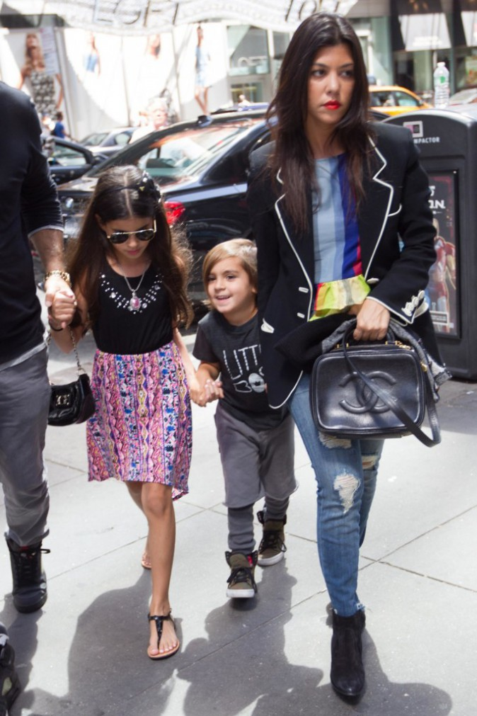 Photos : Kourtney Kardashian : en véritable maman poule, la star emmène son fils Mason sur Madison Square !