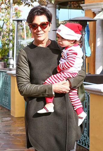 Kourtney Kardashian et Kris Jenner en famille à Calabasas le 29 novembre 2013