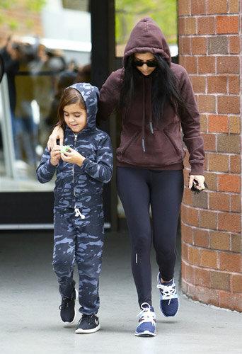 Photos : Kourtney Kardashian et Mason : pyjama party dans les rues de L.A. !