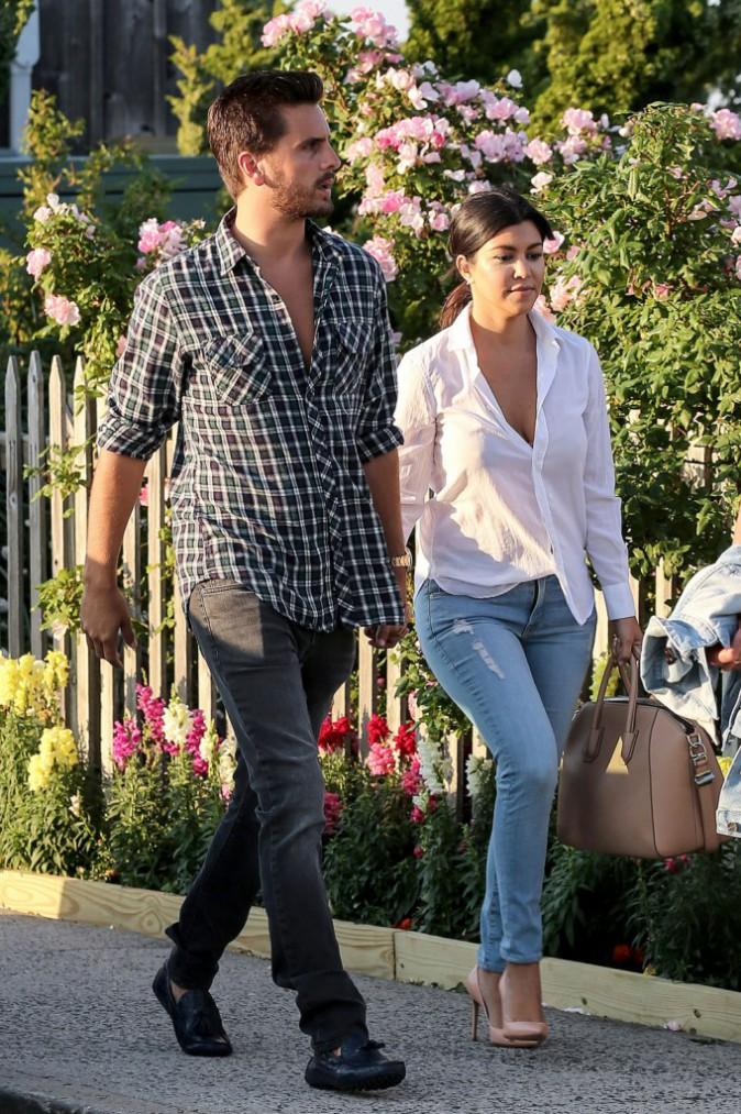 Photos : Kourtney Kardashian et Scott Disick : en mode love to love, les deux tourtereaux s'affichent bras dessus bras dessous !