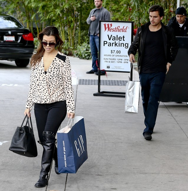 Kourtney Kardashian en mode shopping le 28 décembre 2012 au centre commercial de Topanga, Californie