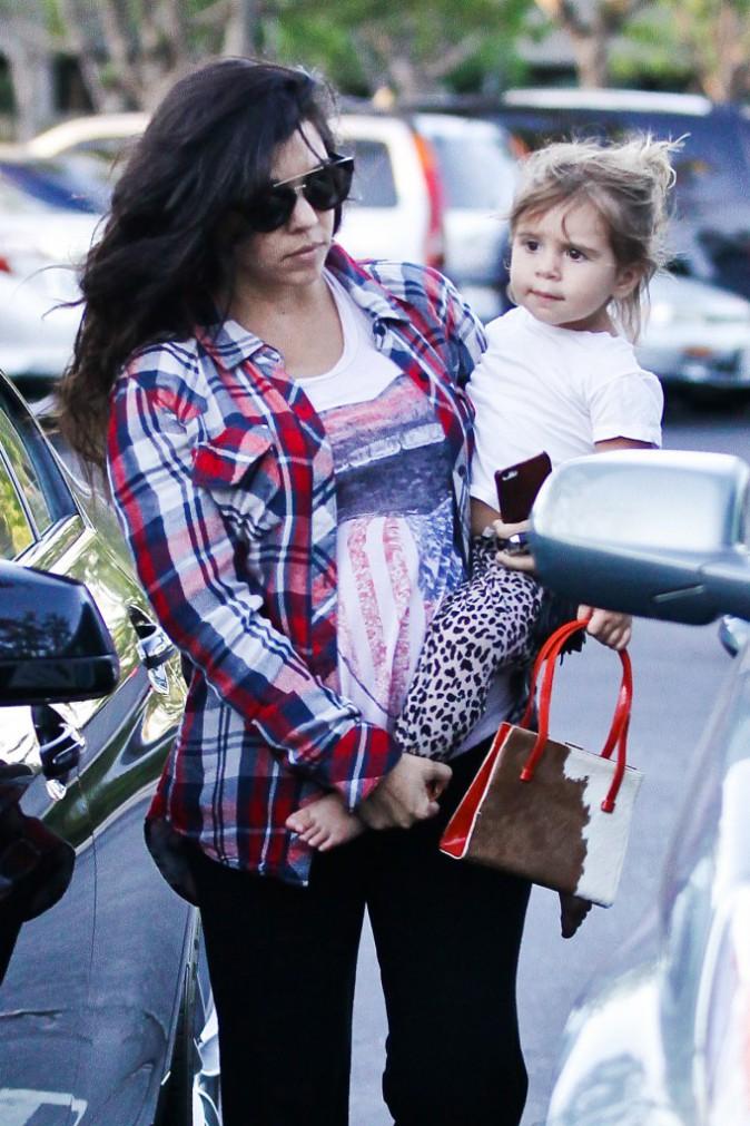 photos kourtney kardashian maman enceinte au naturel pour un t te t te avec l 39 adorable. Black Bedroom Furniture Sets. Home Design Ideas