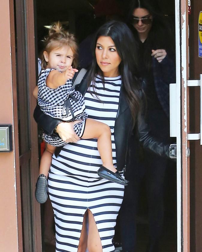 Photos : Kourtney Kardashian : maman enceinte de toute beauté pour un déjeuner entre filles avec Penelope et Kendall !