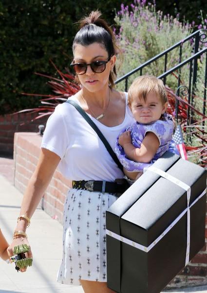 Kourtney Kardashian et ses enfants, Mason et Penelope, se rendent à un anniversaire à Los Feliz, le 4 août 2013.
