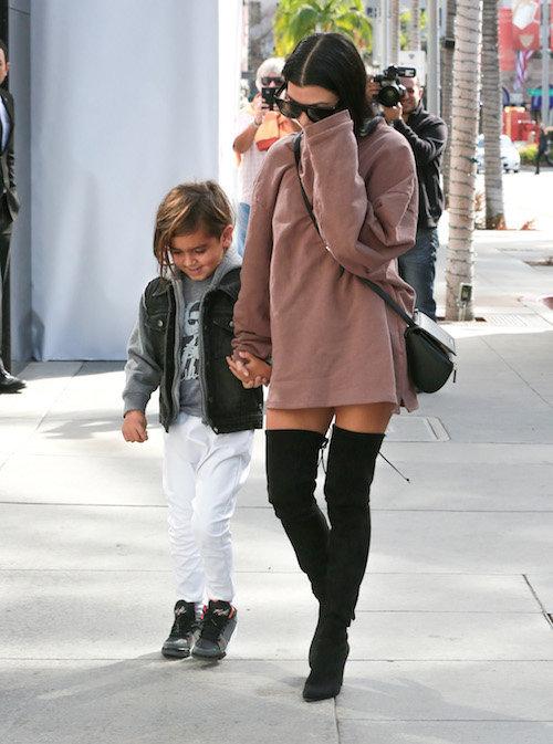 Photos : Kourtney Kardashian oublie le pantalon pour faire la promo de Kanye West !