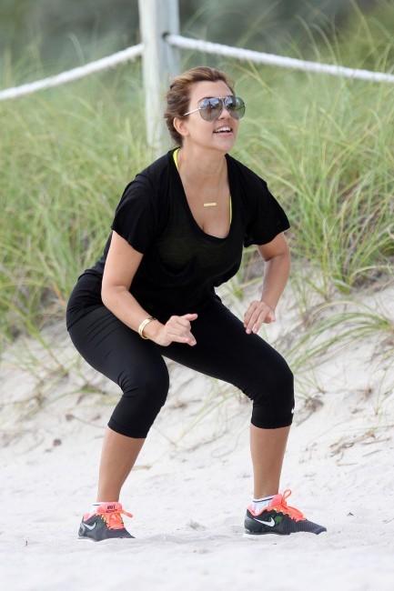 Kourtney Kardashian en pleine séance de sport sur la plage de Miami Beach, le 27 septembre 2012.