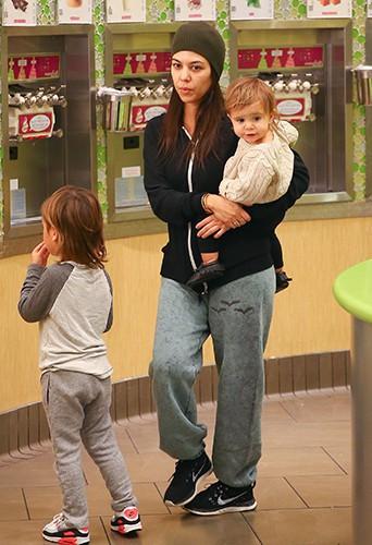 Kourtney Kardashian et ses enfants à Calabasas le 17 novembre 2013