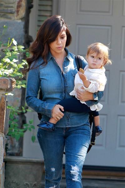Kourtney Kardashian et sa fille Penelope à Beverly Hills, le 23 octobre 2013.
