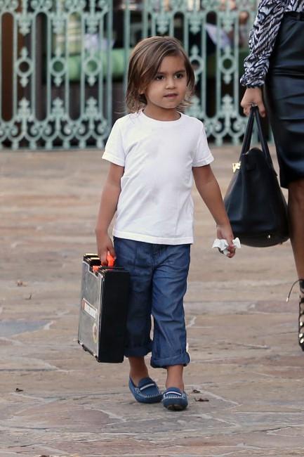 Mason, le fils de Kourtney Kardashian et Scott Disick, en famille à Calabasas, le 18 septembre 2013.