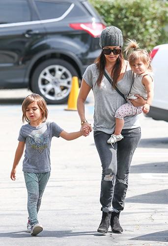 Kourtney Kardashian et ses deux enfants à Los Angeles le 29 mars 2014