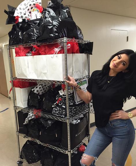 Kylie Jenner donne généreusement des cadeaux aux enfants malades