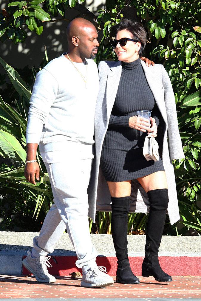 Photos : Kris Jenner amoureuse : mini robe et cuissardes sexy… Seconde jeunesse pour la momager !
