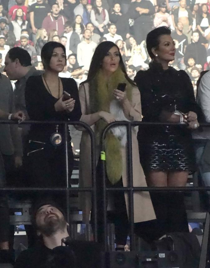 Kim et Kourtney Kardashian et Kris Jenner au concert de Kanye West à Uniondale le 23 février 2014