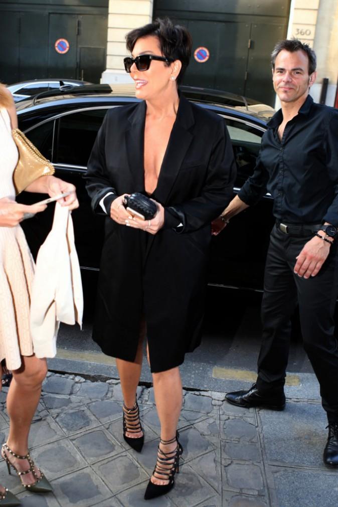 Photos : Kris Jenner : mini robe et maxi décolleté, elle dévoile tout !