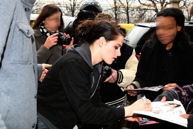 Elle prend le temps de signer quelques autographes ...