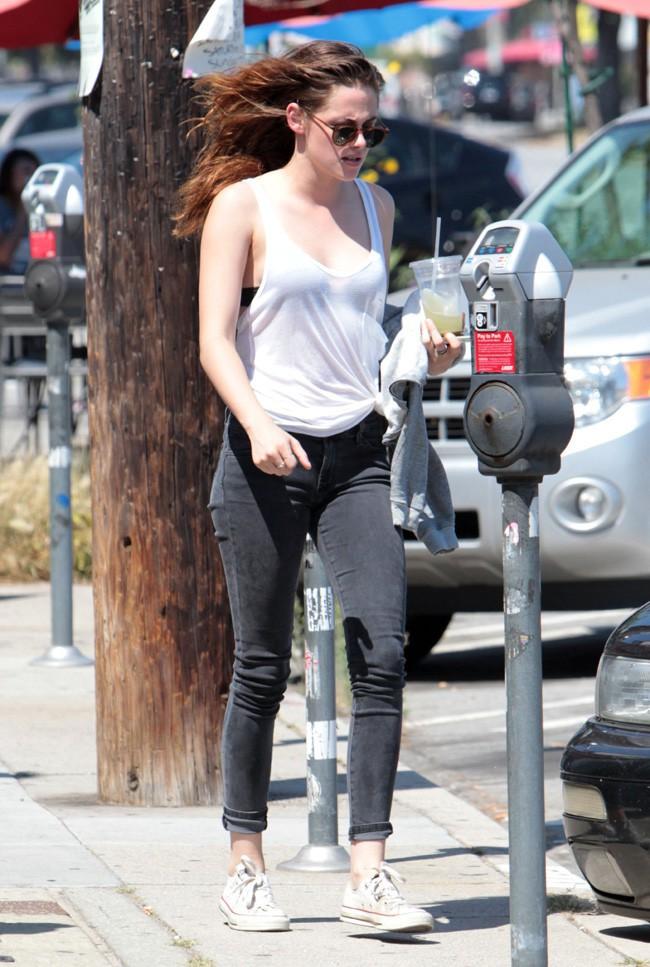 Kristen Stewart dans les rues de Glendale, en Californie, le 9 juillet 2013