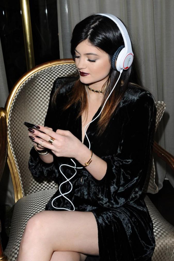 Photos : Kylie Jenner : dark jusqu'au bout des ongles pour essayer son nouveau joujou !
