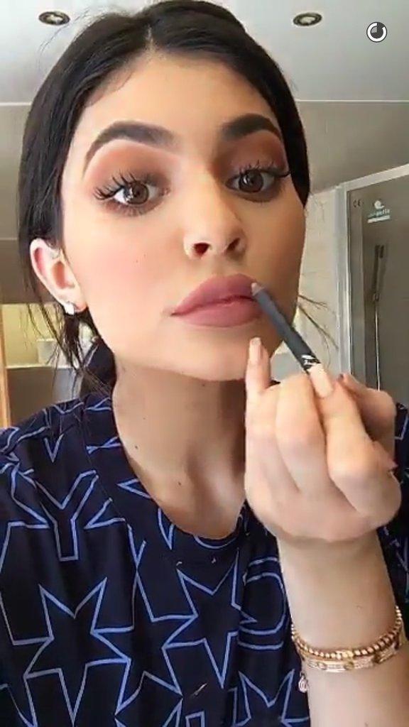 La routine beauté de Kylie Jenner : Le crayon à lèvres