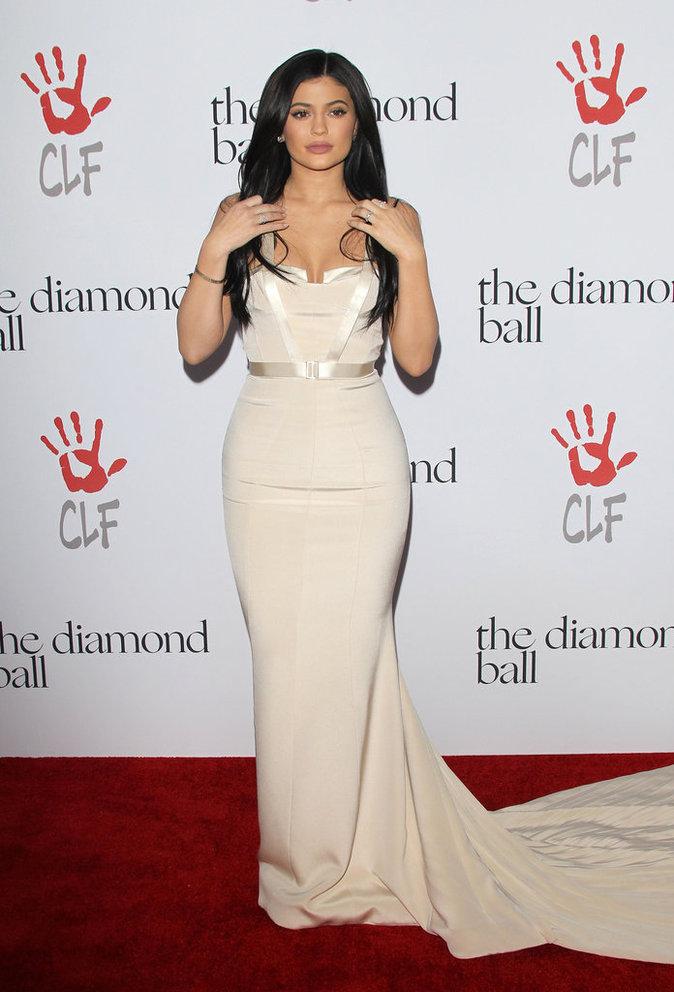 Photos : Kylie Jenner dégaine la robe à traîne pour soutenir Rihanna !