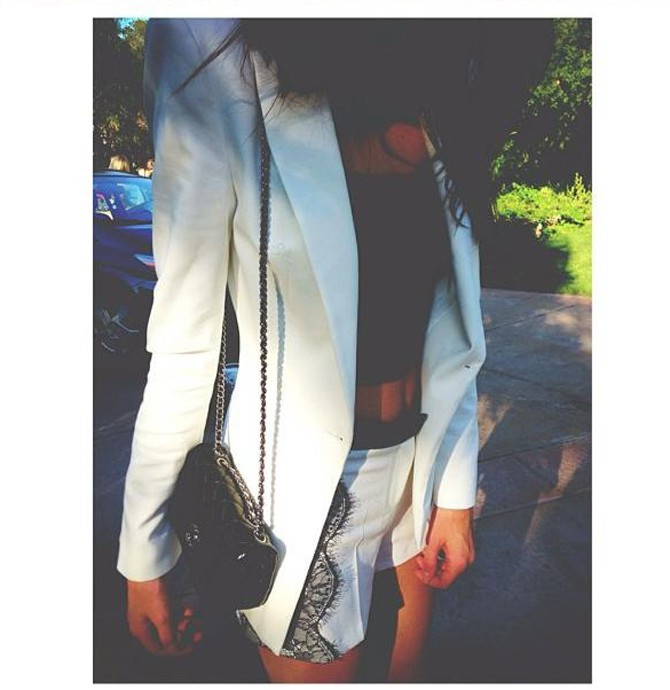 Kendall est fière de son look et de son sac Chanel !