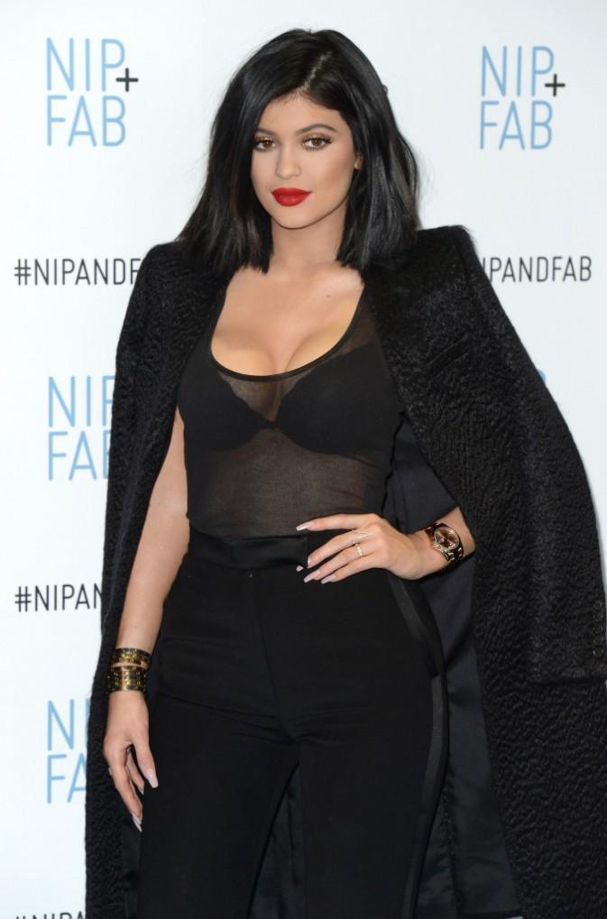Photos : Kylie Jenner : son couple avec Tyga officialisé, elle dégaine le gros décolleté à Londres !