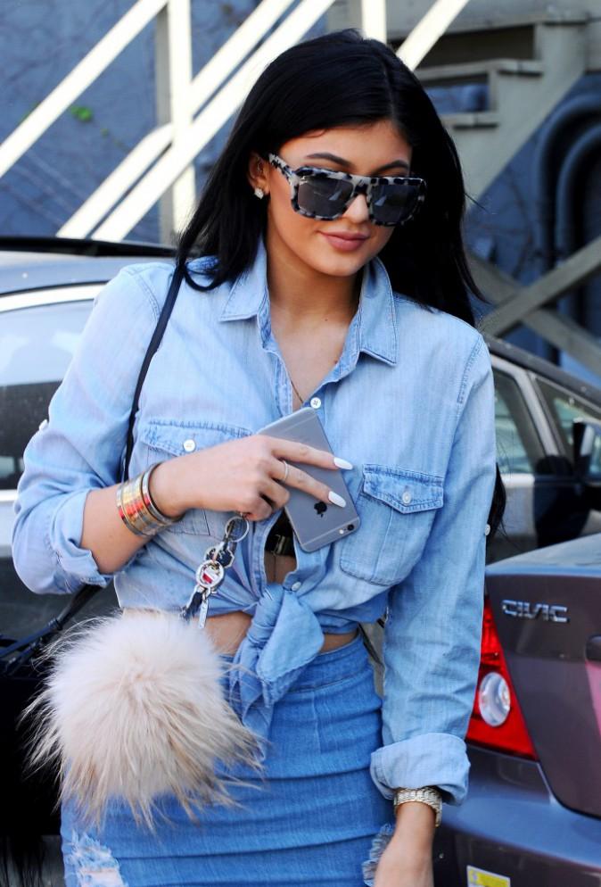 Photos : Kylie Jenner : total look denim façon Kim et fessier bien moulé !