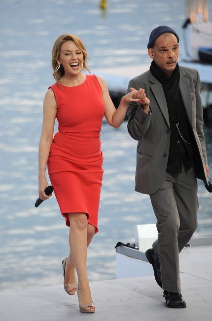 Kylie Minogue et Denis Lavant sur le plateau du Grand Journal à Cannes, le 23 mai 2012.