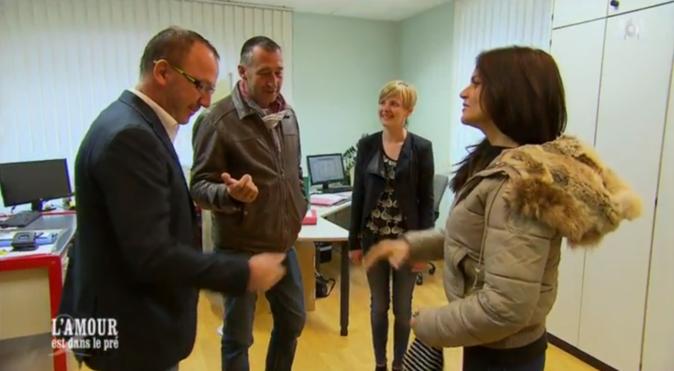 Adjoint au maire, Bruno fait visiter sa mairie à Laetitia