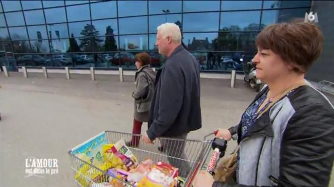Bernard entraîne Isabelle et Véronique au supermarché