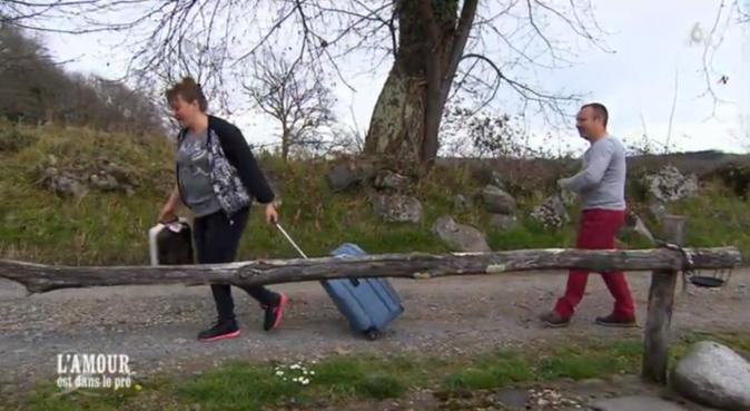 Pas très galant Guillaume, il pourrait tirer la valise de Valérie tout de même !