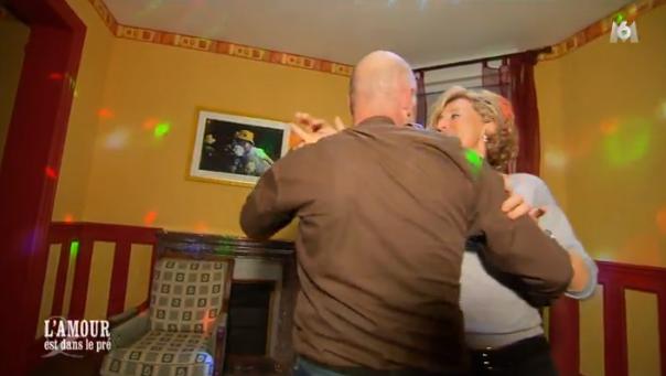 Didier entraîne Nathalie dans sa salle de danse et c'est parti pour une nuit de danse...