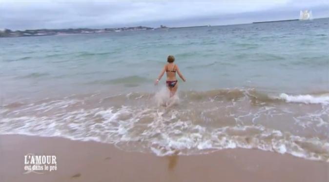 Nathalie se jette dans la mer à 14° !