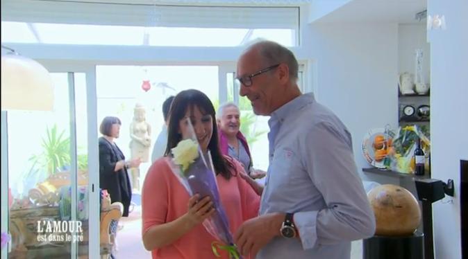 Bernard offre une rose à Fanny, la fille de Michèle