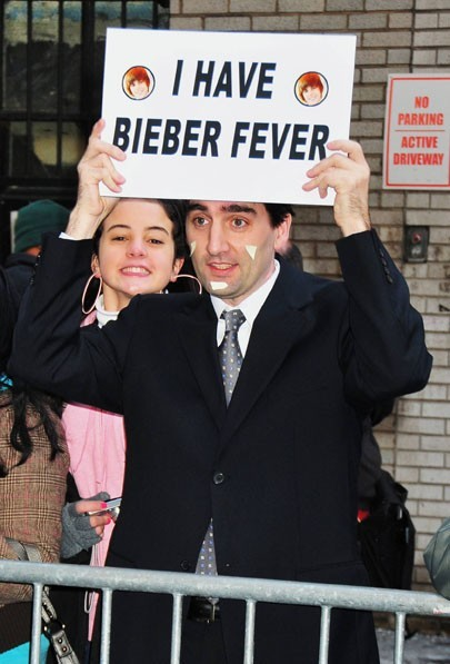 """Un fan de Justin Bieber devant l'entrée de l'émission """"Late Show with David Letterman"""" à New York, le 31 janvier 2011."""