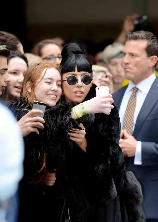 Lady Gaga : � l'a�roport, la star offre un selfie et une jolie vue sur ses fesses !
