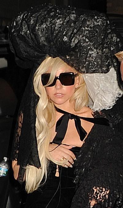 Elle voit dans le noir avec ses lunettes de soleil ?