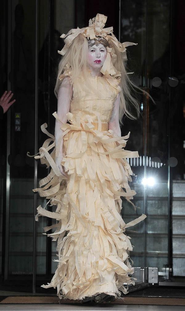 Lady Gaga à la sortie de son hôtel de Londres le 28 octobre 2013