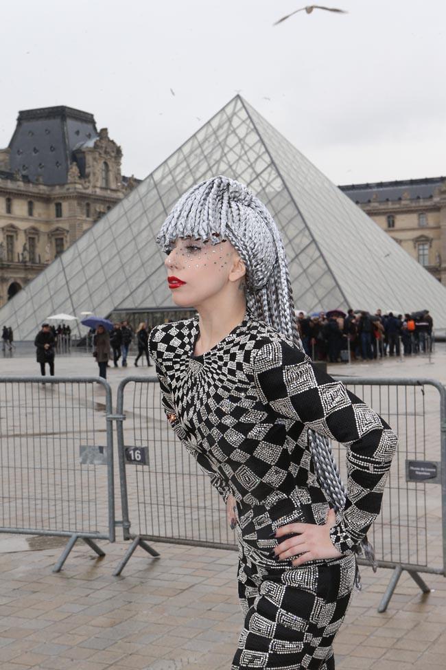 Lady Gaga devant le Louvre le 20 janvier 2014