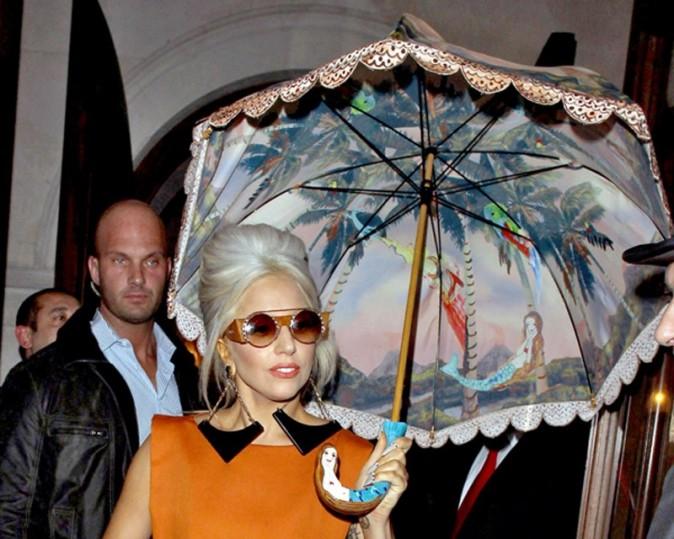 Une ombrelle aussi grosse que ses boucles d'oreilles !