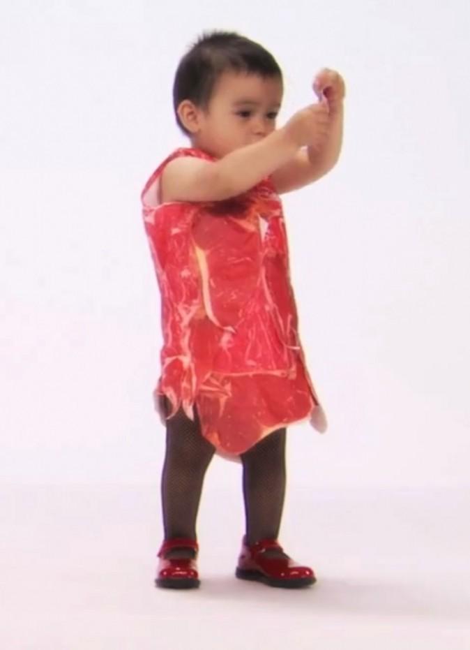 Bébé en robe de viande !