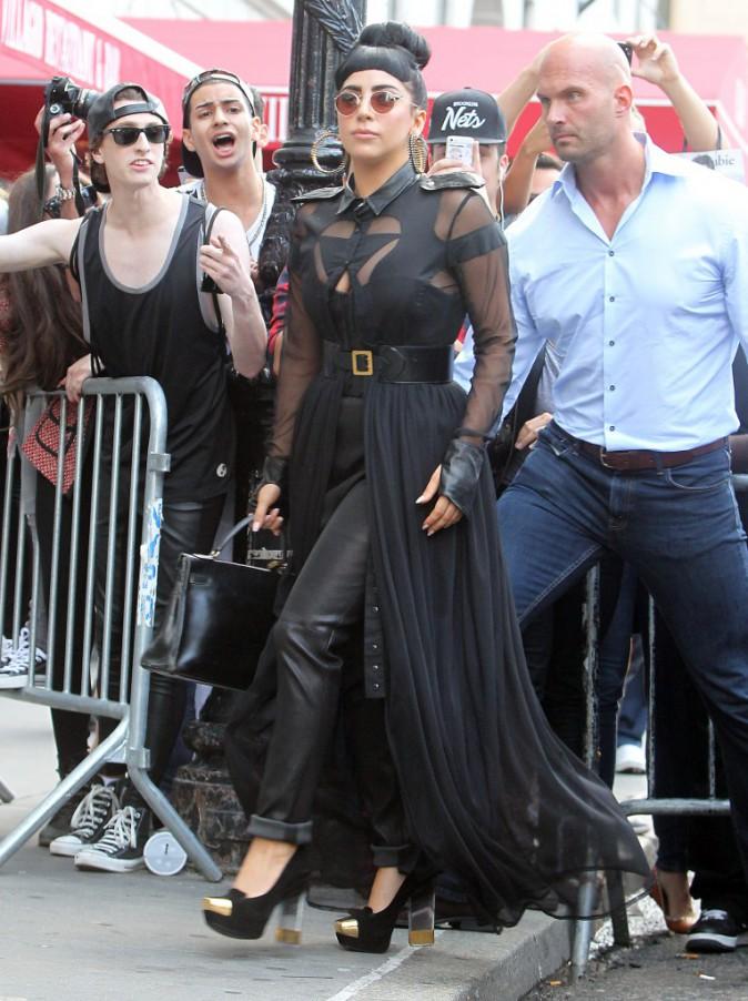 Photos : Lady Gaga : elle a rangé ses tétons mais continue d'afficher un total look noir !