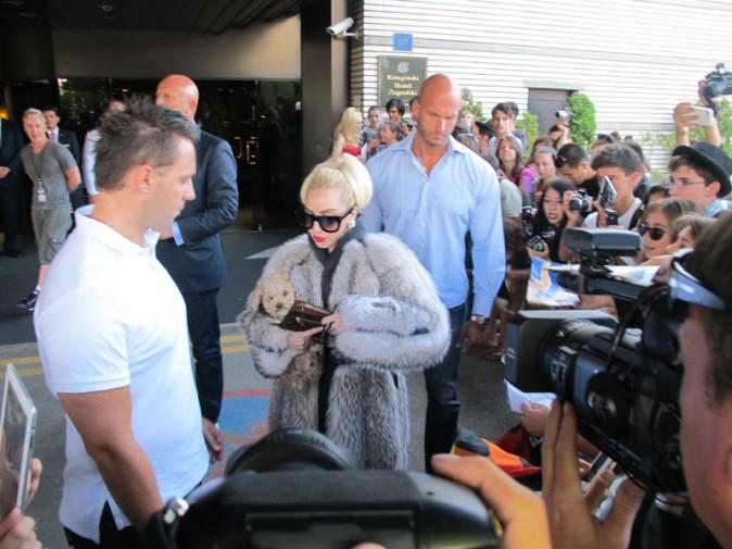 Lady Gaga en manteau de fourrure à Sofia le 13 août 2012