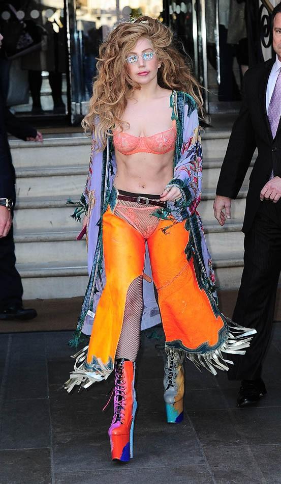 Lady Gaga à la sortie de son hôtel de Londres le 8 décembre 2013