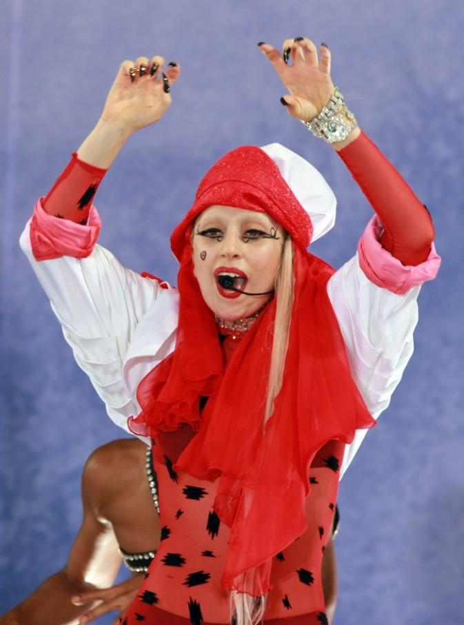Tremblez pauvres mortels! Lady Gaga est là!