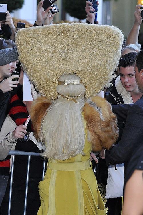 Photos : Lady Gaga : poussin, botte de foin, Bob l'éponge ? On ne sait pas trop !