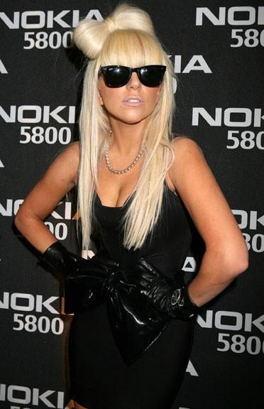 Lady Gaga et son gros noeud dans les cheveux en janvier 2009...