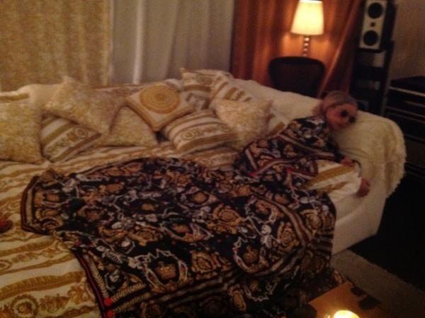 Lady Gaga est assortie au canapé !