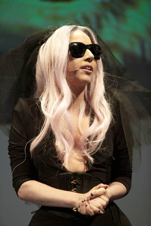 """"""" J'ai créé un bracelet japonais de prières. Achetez-le/ faites des dons ici et tous les bénéfices iront aux sinistrés du Tsunami. Go Monsters."""", Lady Gaga"""