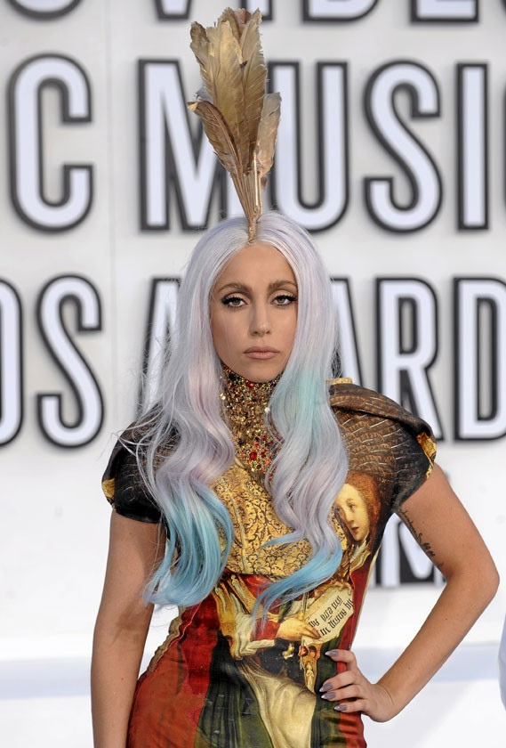 Photo : Lady Gaga provocante avec ses cheveux gris !